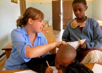 volunteer-giving-english-lessons